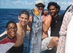 Angeln mit Pfadfindern auf Katamaran Yacht